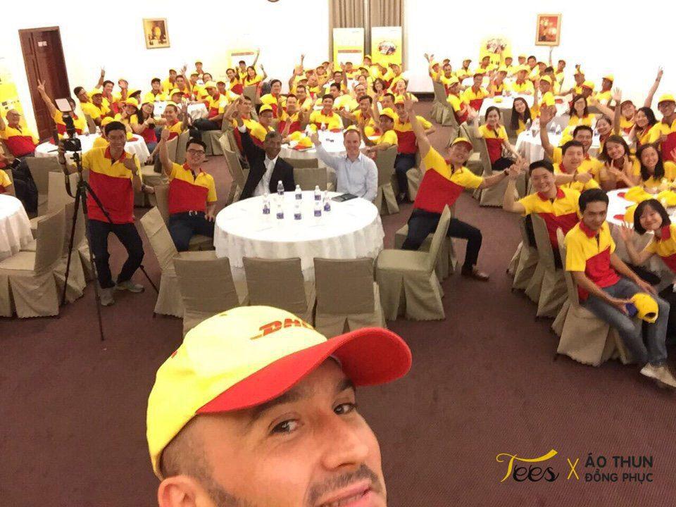 Tự hào cùng đồng phục áo thun màu vàng đỏ của DHL Việt Nam
