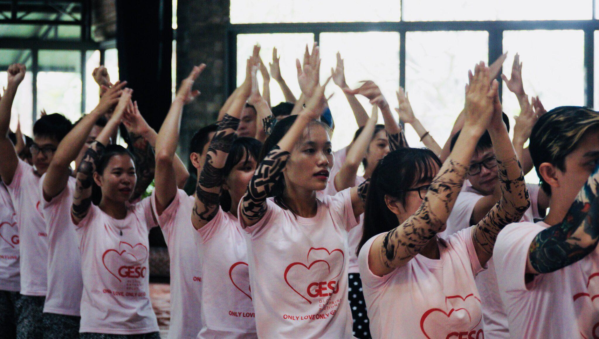 Đồng phục áo thun màu hồng trong sự kiện team building của công ty Geso